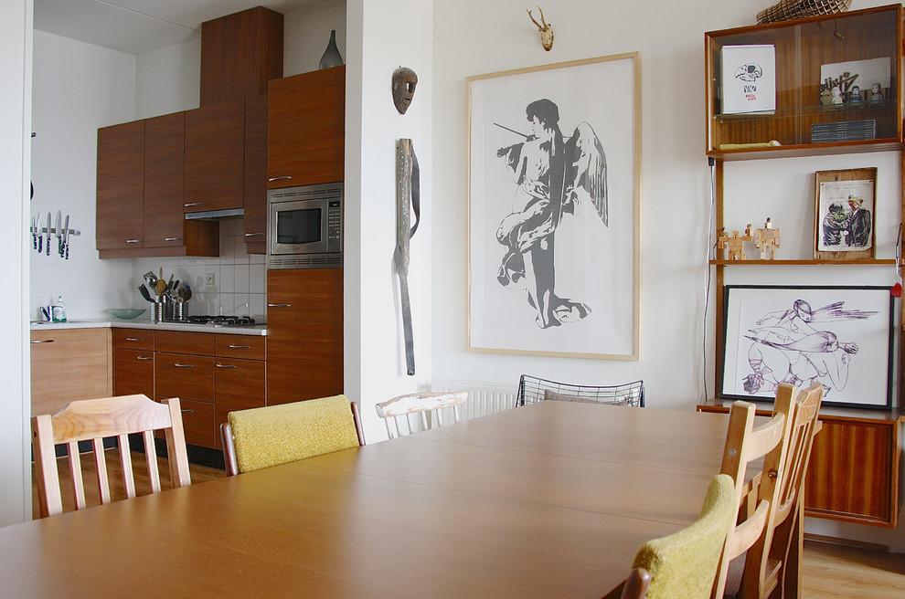 Ejemplo de comedor de cocina bohemio con paredes blancas