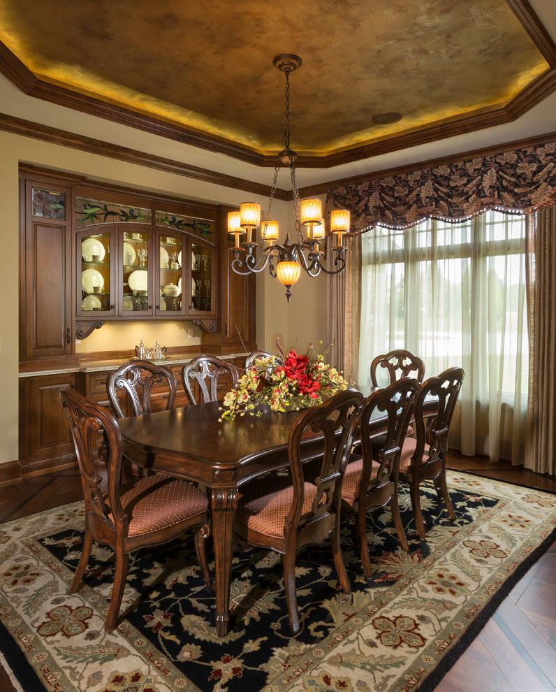 Esempio di una sala da pranzo tradizionale con pareti beige e parquet scuro