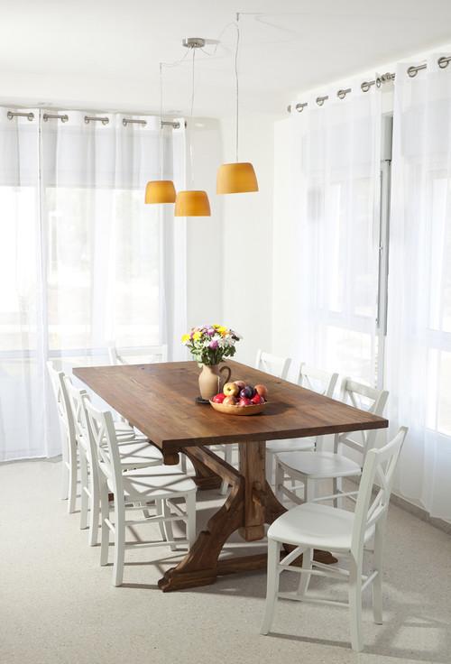 ホワイトと木目のシンプルなテーブルとチェアの上に、カラフルなブーケとフルーツを持った器を置いたセッティング。これだけでも気分が変わりますね。