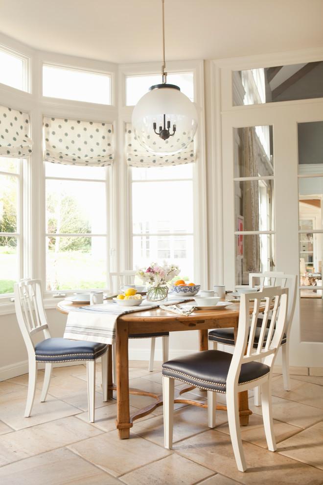 Immagine di una sala da pranzo tradizionale con pareti beige