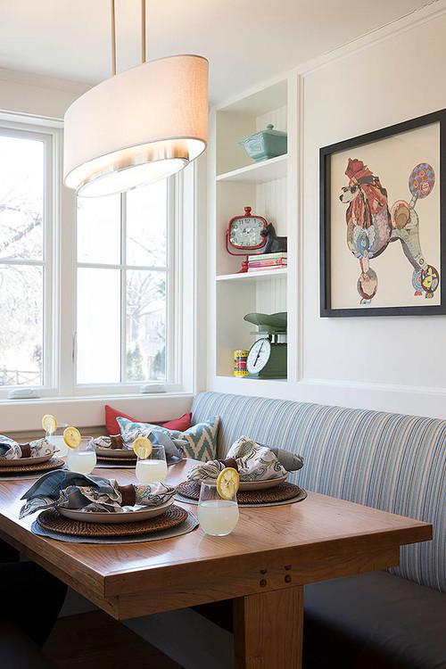 ナプキンをリングの中に入れるだけでゴージャスな印象になります。テーブルがとっても素敵に変身。グラスにささったレモンがかわいいいドリンクです。