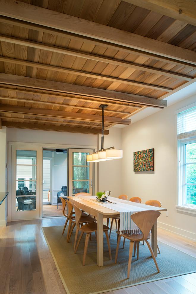 Imagen de comedor contemporáneo con paredes blancas y suelo de madera clara