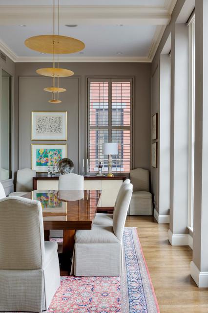 Inspiration för mellanstora klassiska separata matplatser, med bruna väggar och ljust trägolv