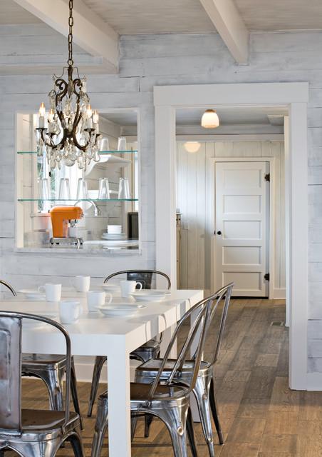 Idéer för en eklektisk matplats, med vita väggar och mörkt trägolv