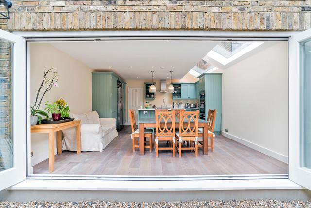 Diseño de comedor de cocina de estilo de casa de campo con paredes beige y suelo de madera clara