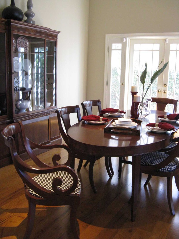Dining room - traditional dining room idea in Los Angeles