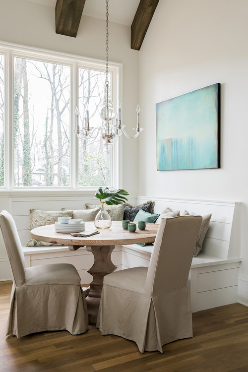 White dining room with banquette. How to make a small space look bigger #smallspace #decorating