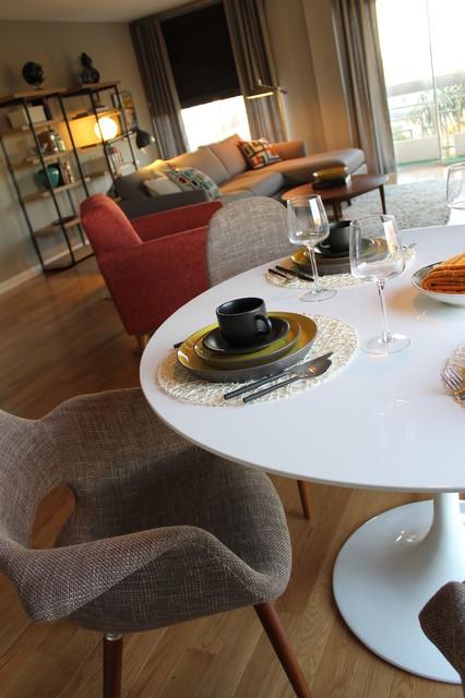 Saarinen Style Tulip Table With Mid Century Modern Chairs