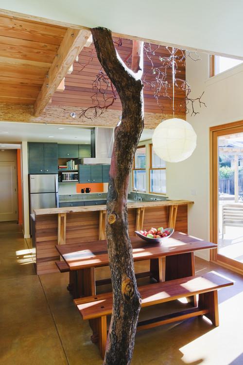 Кухня с настоящим деревом