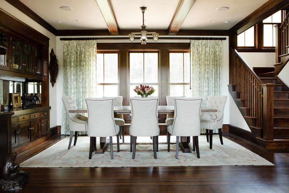 Идея дизайна: столовая в классическом стиле с белыми стенами и темным паркетным полом