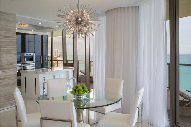 Idéer för mellanstora funkis kök med matplatser, med marmorgolv, en bred öppen spis, en spiselkrans i sten och vitt golv