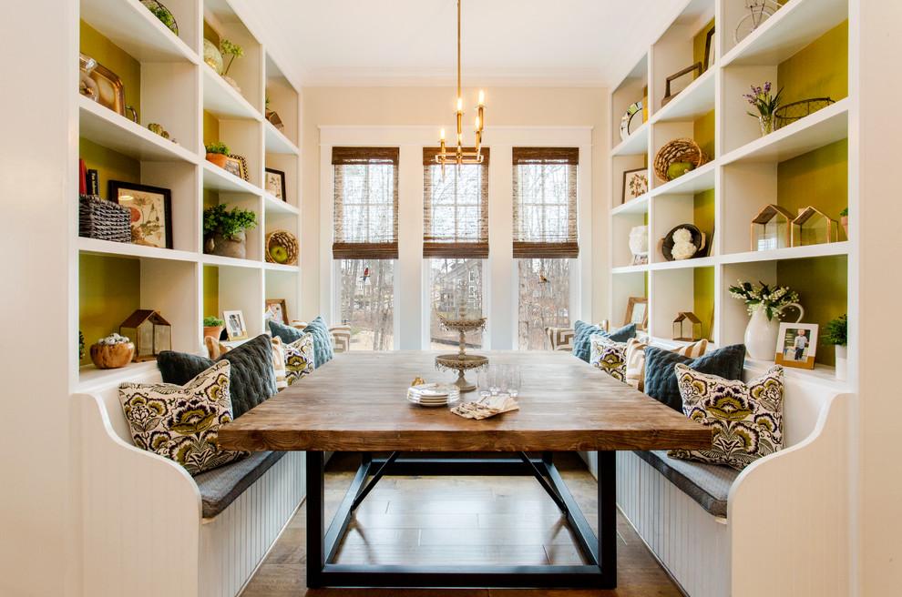 Cette image montre une salle à manger traditionnelle avec un mur vert, un sol en bois brun et un sol marron.