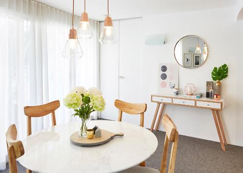 Salle à manger avec mobilier clair inspiration scandinave