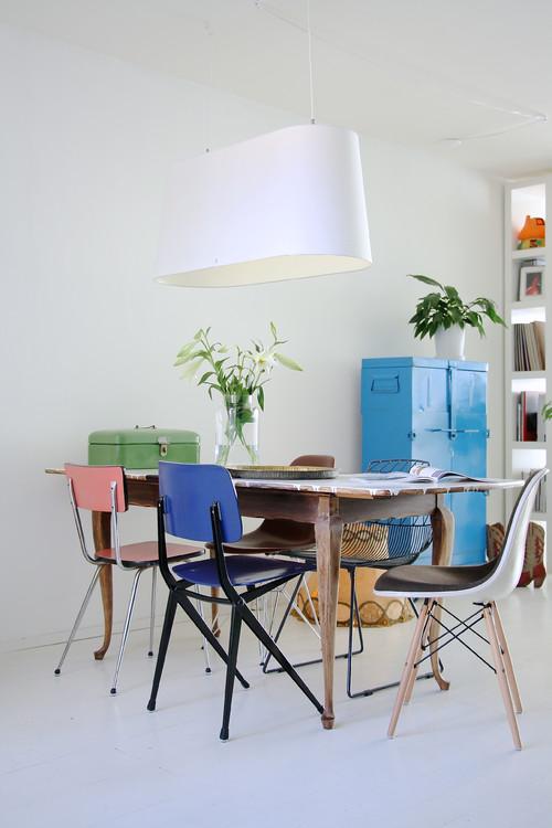 table avec chaises récupérées et dépareillées
