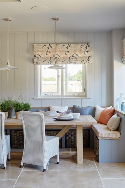 Ispirazione per una sala da pranzo country con pareti bianche e pavimento beige