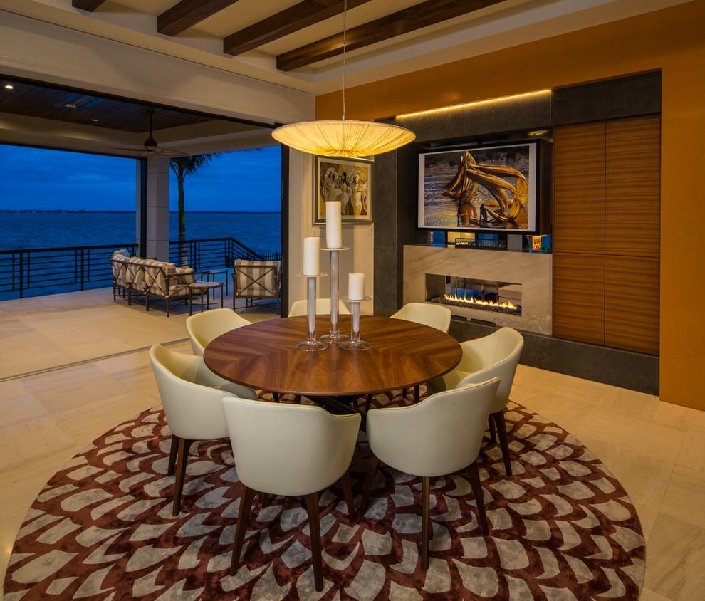 Exemple d'une salle à manger tendance avec un mur marron, une cheminée ribbon et un manteau de cheminée en pierre.
