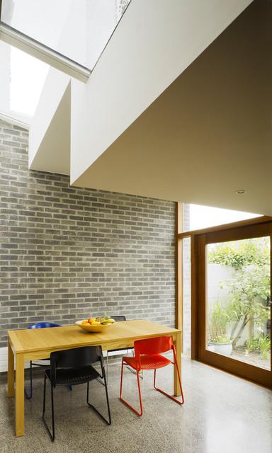 Esempio di una sala da pranzo minimalista con pavimento in cemento