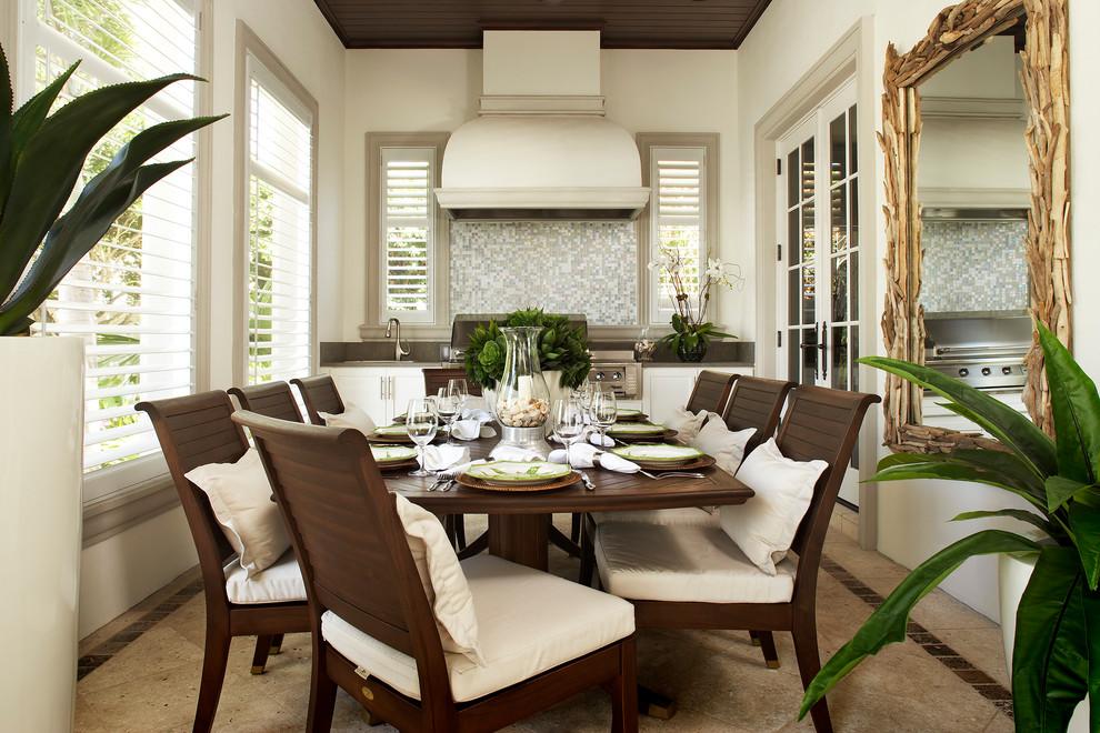 Imagen de comedor clásico con paredes beige