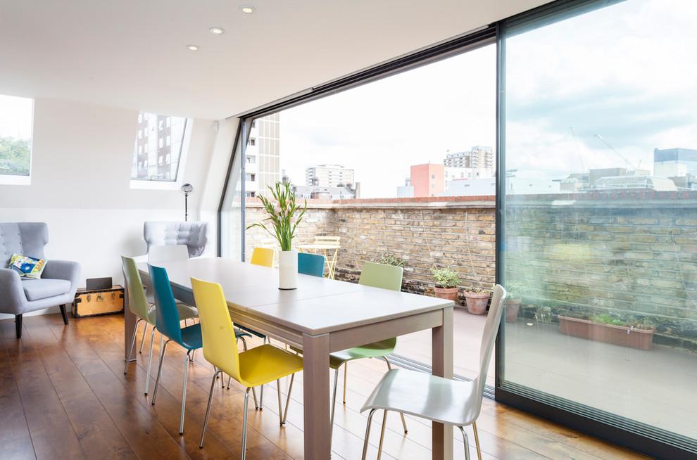 Ispirazione per una sala da pranzo classica con pavimento in legno massello medio, pavimento marrone e pareti bianche