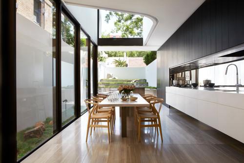 Помещение с панорамными окнами черно белая