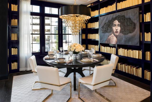 Esempio di una sala da pranzo tradizionale con pareti nere, parquet scuro e pavimento marrone