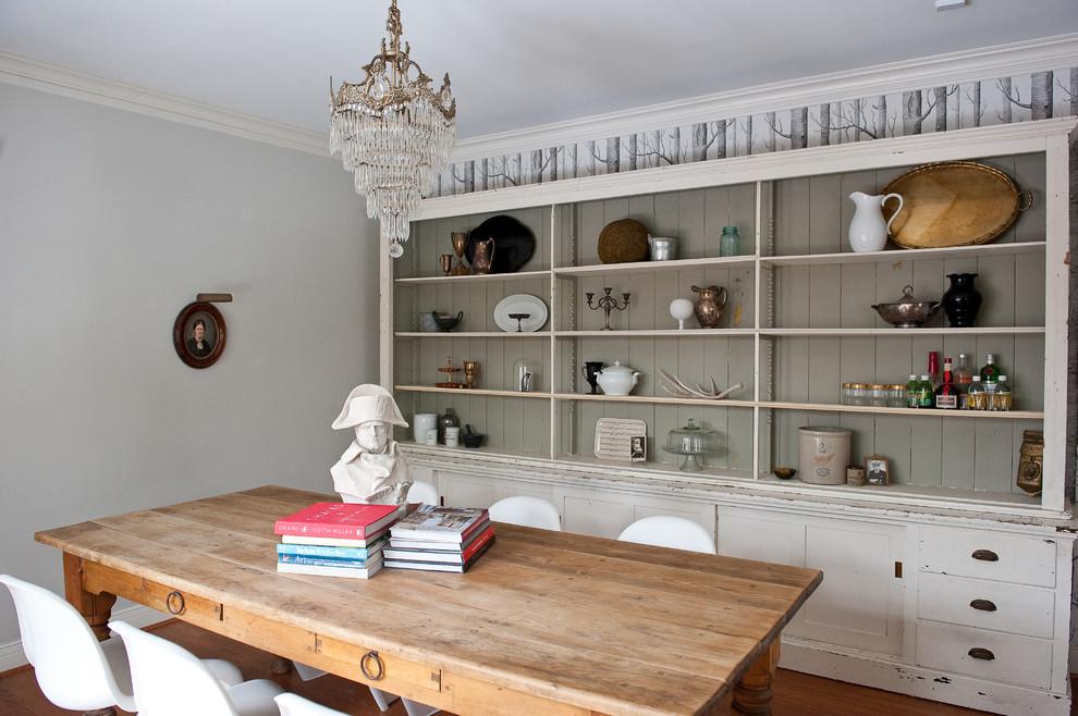 Imagen de comedor clásico con paredes grises y suelo de madera oscura