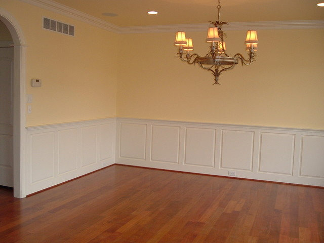 Wainscoting traditional dining room for Dining room wainscoting