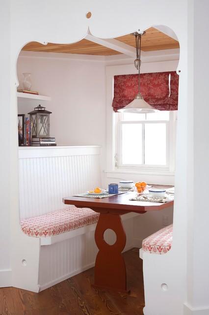 Inspiration pour une salle à manger rustique avec un mur blanc et un sol en bois brun.