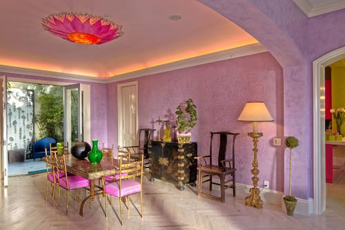 紫の壁紙を壁に使った実例