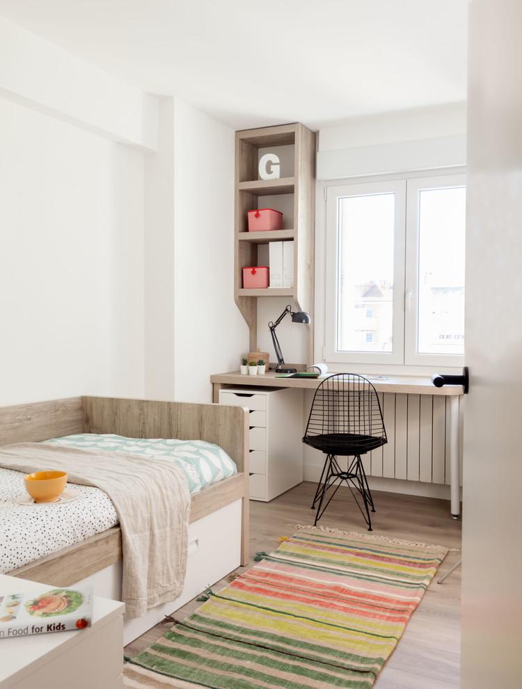 Imagen de dormitorio infantil contemporáneo con paredes blancas, suelo de madera en tonos medios y suelo marrón