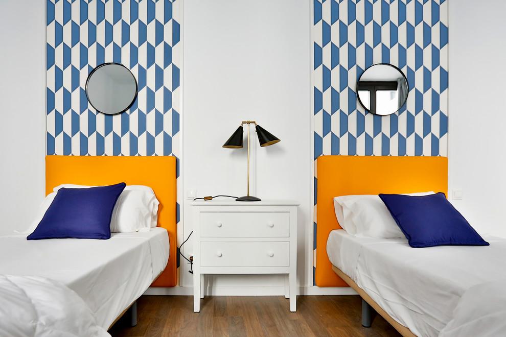 Diseño de dormitorio infantil de 4 a 10 años, contemporáneo, de tamaño medio, con paredes blancas y suelo de madera oscura
