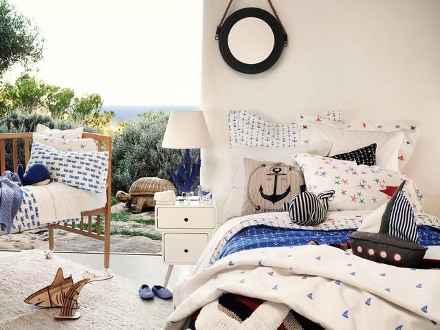 Modelo de dormitorio infantil de 4 a 10 años, costero, de tamaño medio, con paredes blancas y suelo de cemento