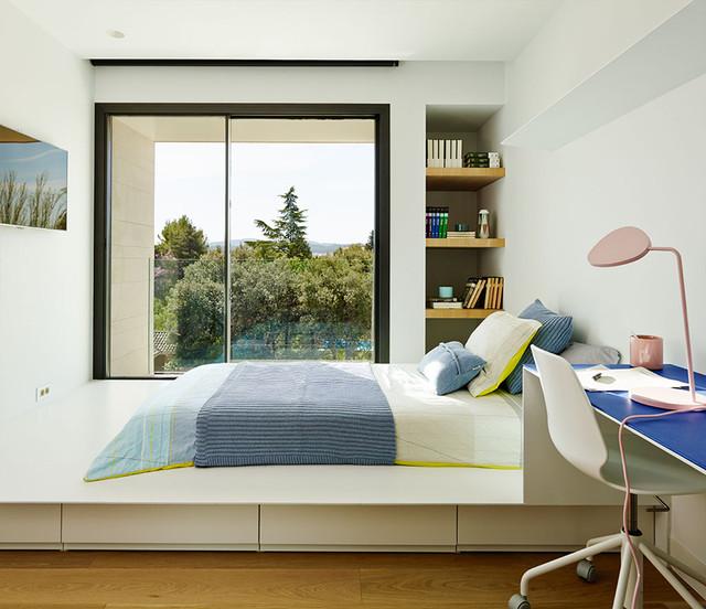 Idée de décoration pour une chambre d'enfant design de taille moyenne avec un mur blanc.