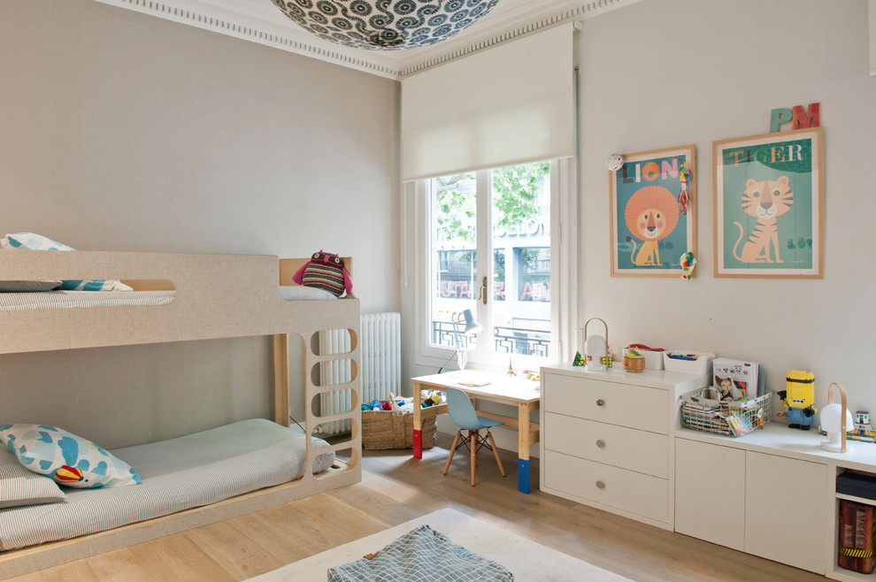 Photo of a mid-sized transitional gender-neutral kids' bedroom for kids 4-10 years old in Barcelona with beige walls.
