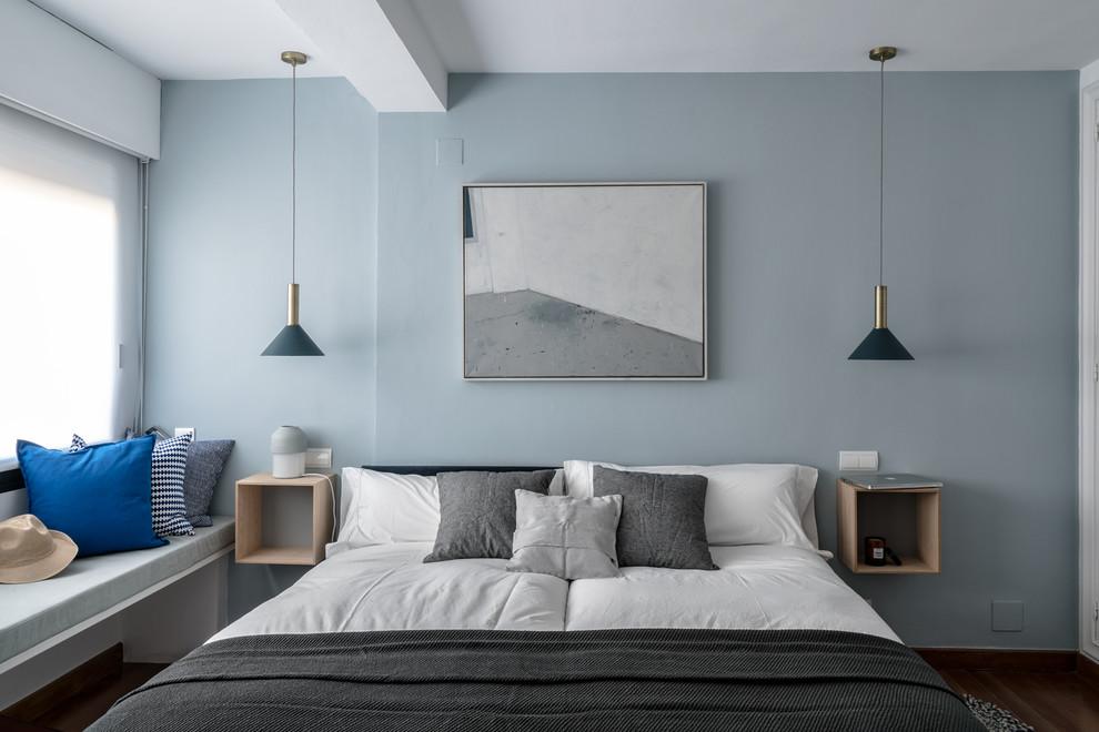 Imagen de dormitorio infantil escandinavo, grande, con paredes blancas, suelo de madera oscura y suelo marrón