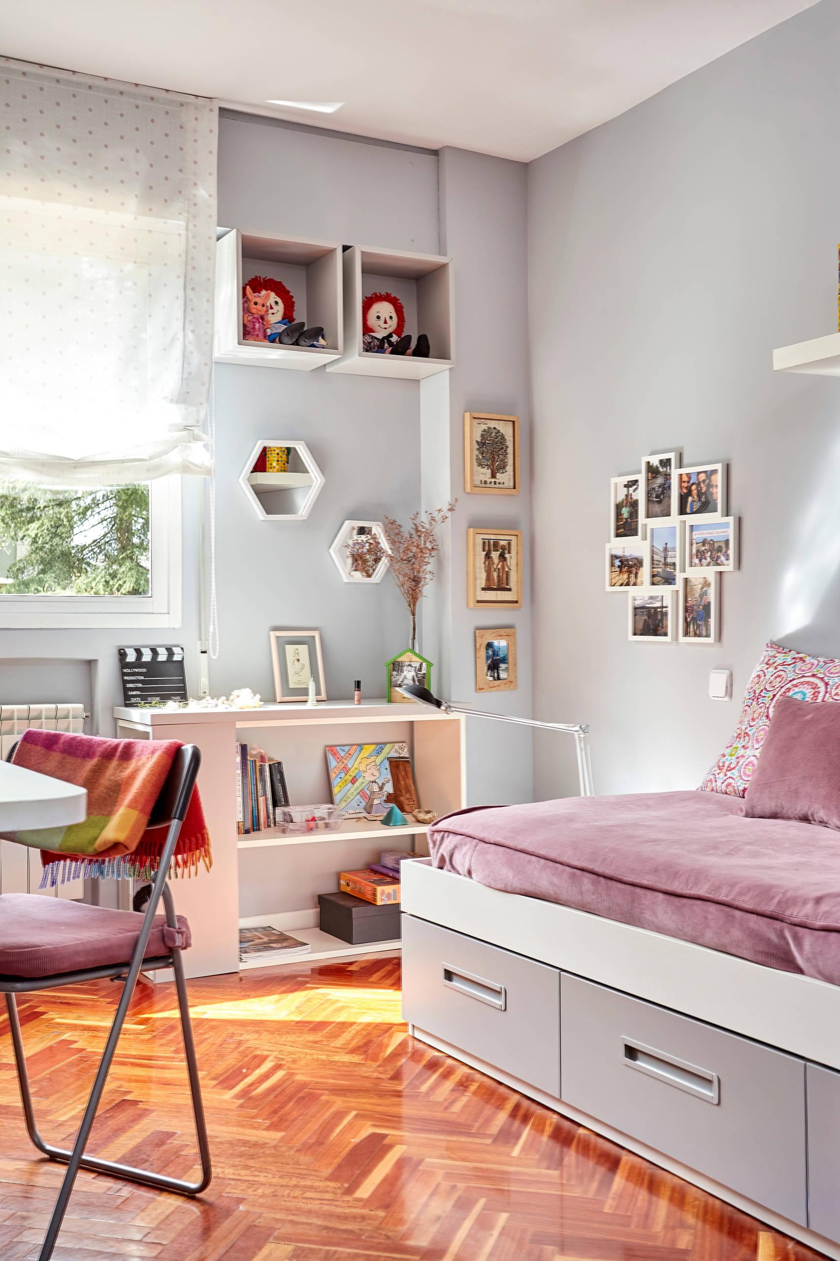 Un salón con libreria