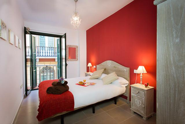 Foto de dormitorio principal, ecléctico, de tamaño medio, sin chimenea, con paredes rojas