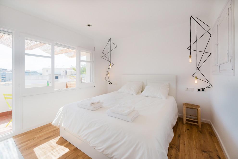 Diseño de dormitorio principal, escandinavo, de tamaño medio, sin chimenea, con paredes blancas y suelo de madera en tonos medios