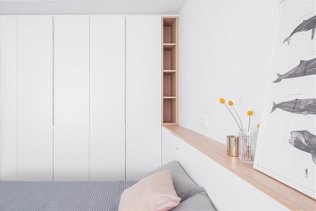 Foto de dormitorio principal, nórdico, grande, sin chimenea, con paredes blancas, suelo de bambú y suelo marrón