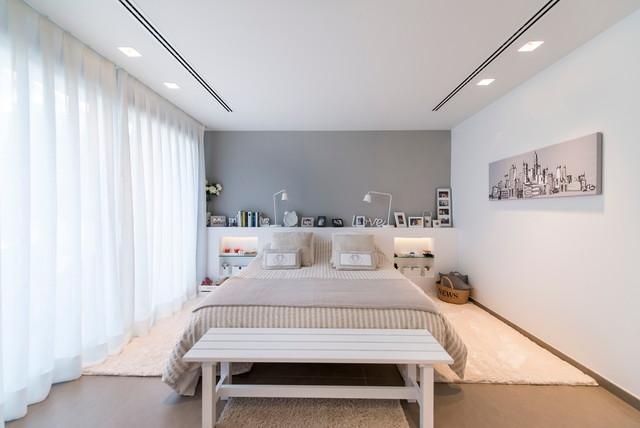 Imagen de dormitorio principal, contemporáneo, grande, sin chimenea, con paredes multicolor y suelo de madera clara