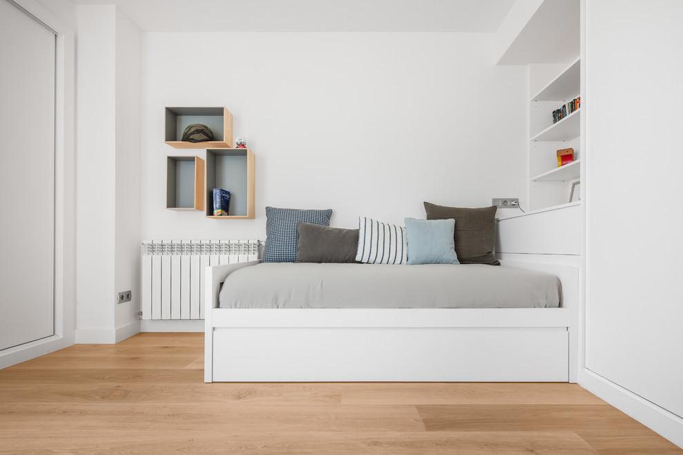 Modelo de dormitorio principal, contemporáneo, de tamaño medio, sin chimenea, con suelo de madera en tonos medios