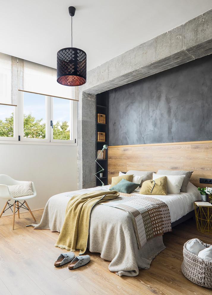 Diseño de dormitorio actual con paredes grises, suelo de madera clara y suelo beige