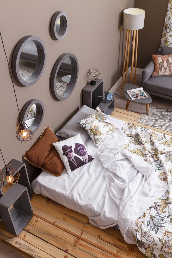 Diseño de dormitorio principal, industrial, grande, sin chimenea, con paredes grises y suelo de madera clara