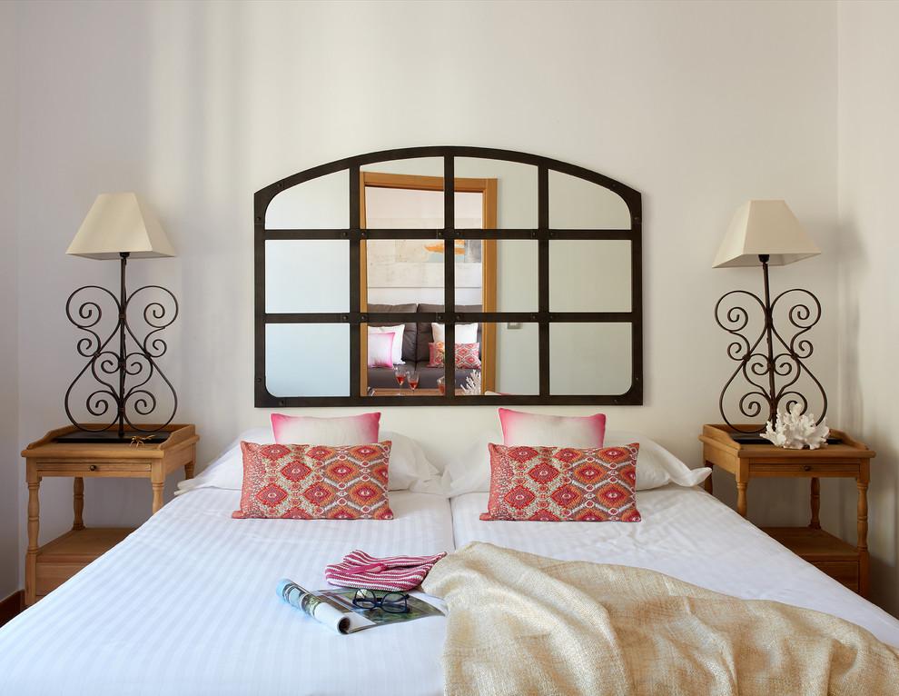 Esempio di una camera degli ospiti mediterranea di medie dimensioni con pareti bianche e nessun camino