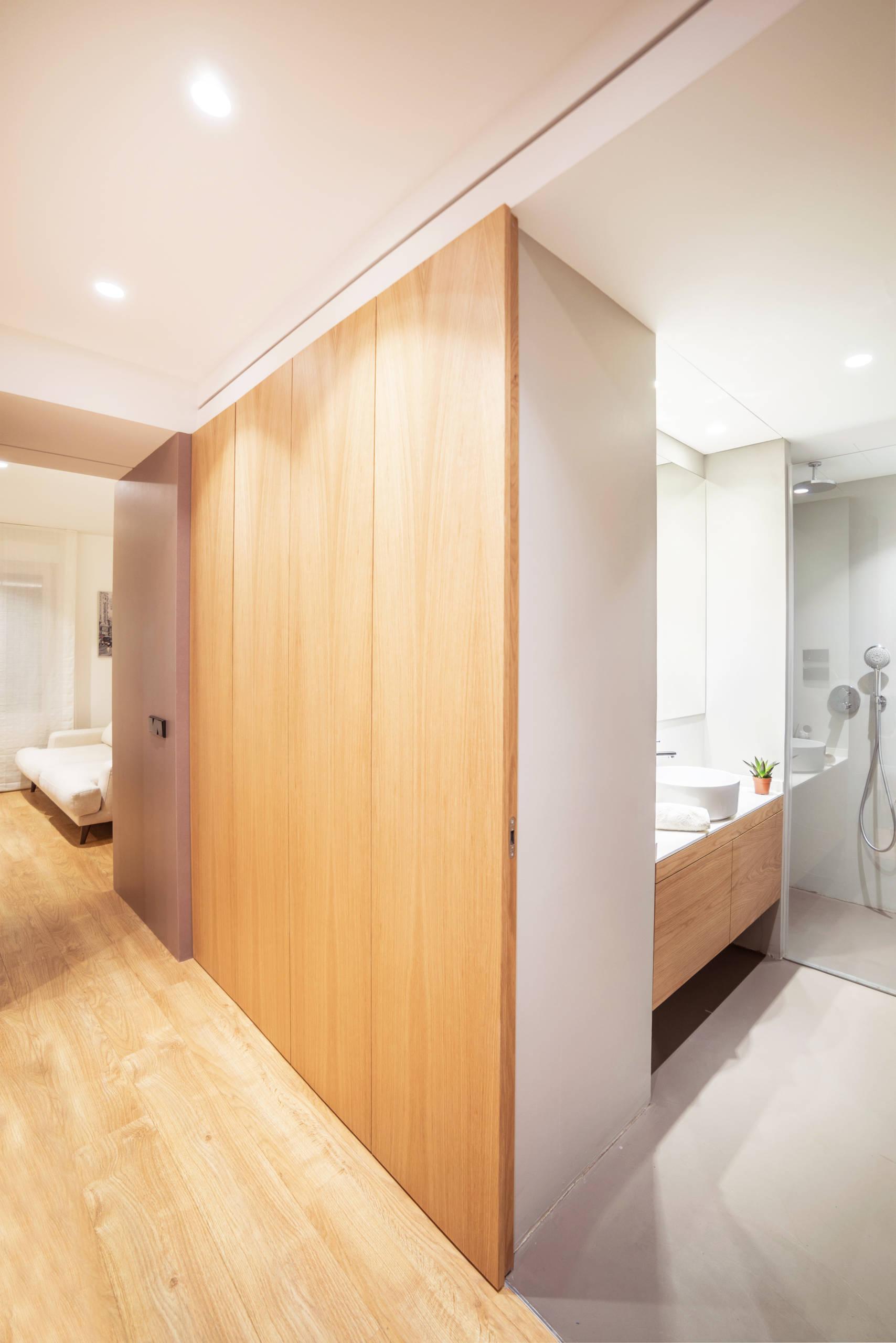 Dormitorio en suite. Vista hacia el baño.