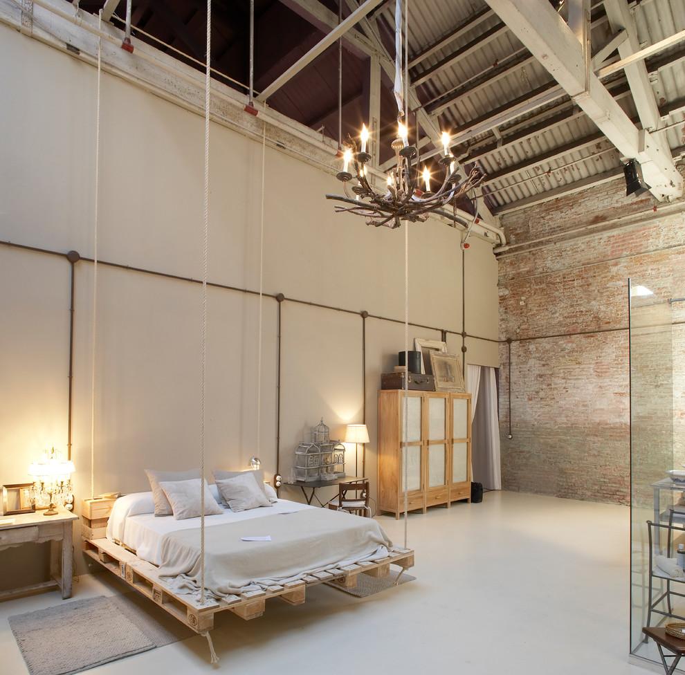 Exemple d'une très grande chambre adulte industrielle avec un mur beige et aucune cheminée.