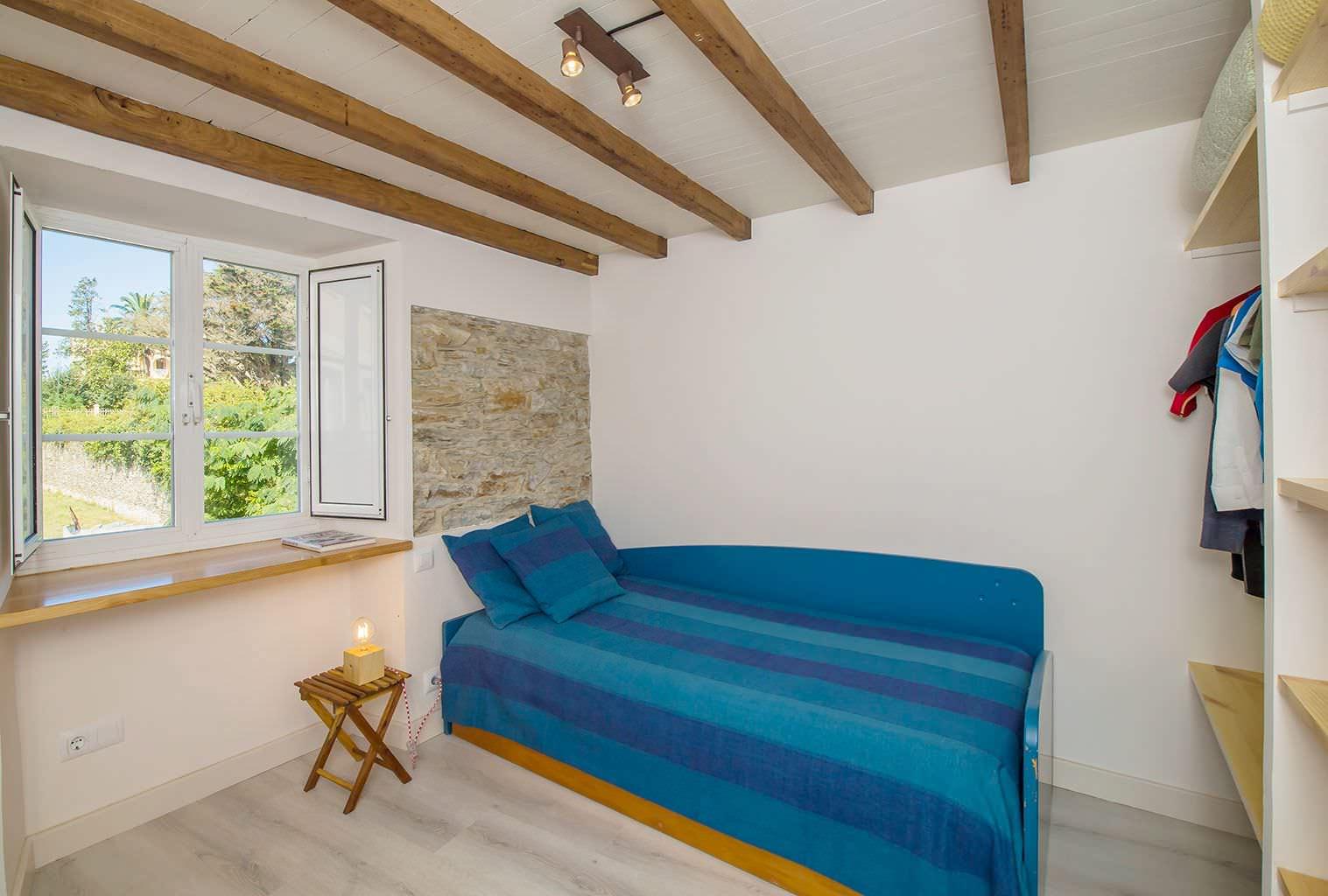 Habitación azul con vigas