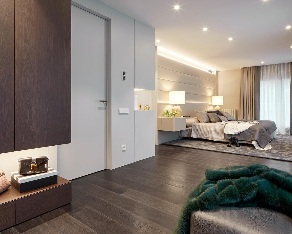 Modelo de dormitorio principal, contemporáneo, con paredes blancas, suelo de madera oscura y suelo marrón