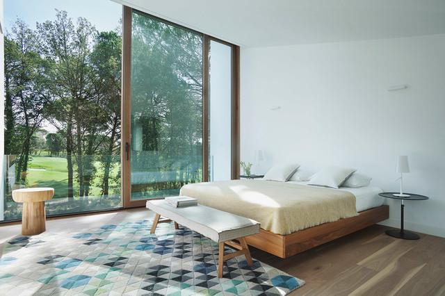 diseo de dormitorio principal minimalista grande sin chimenea con paredes blancas y