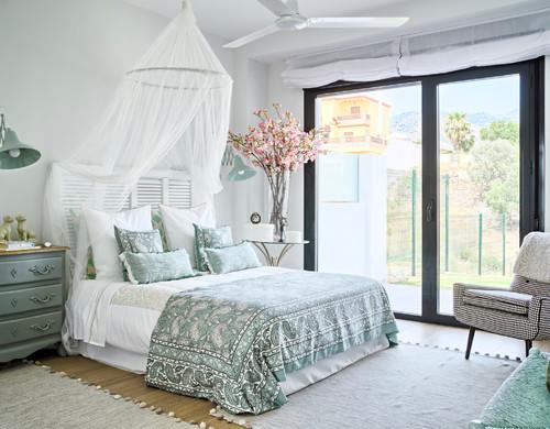 Ideas de decoraci n dale un 39 look 39 rom ntico a tu - Papel pintado dormitorio principal ...
